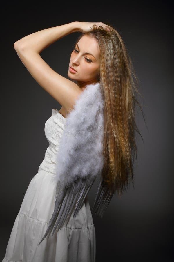 blonda vingar för flickaståendewhite royaltyfria bilder