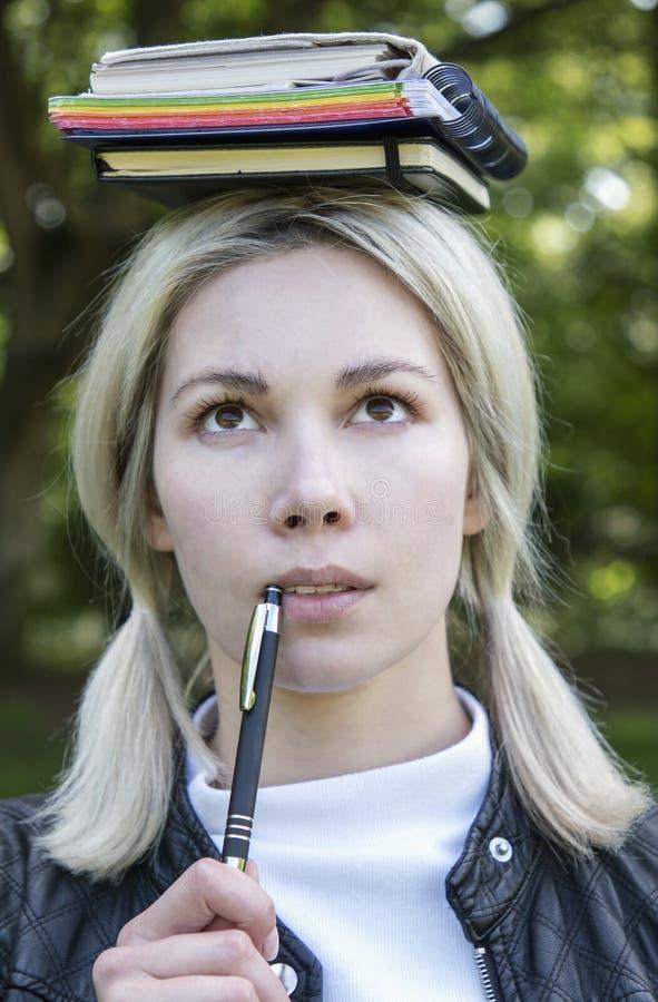 Blonde aan studie in aard royalty-vrije stock foto's