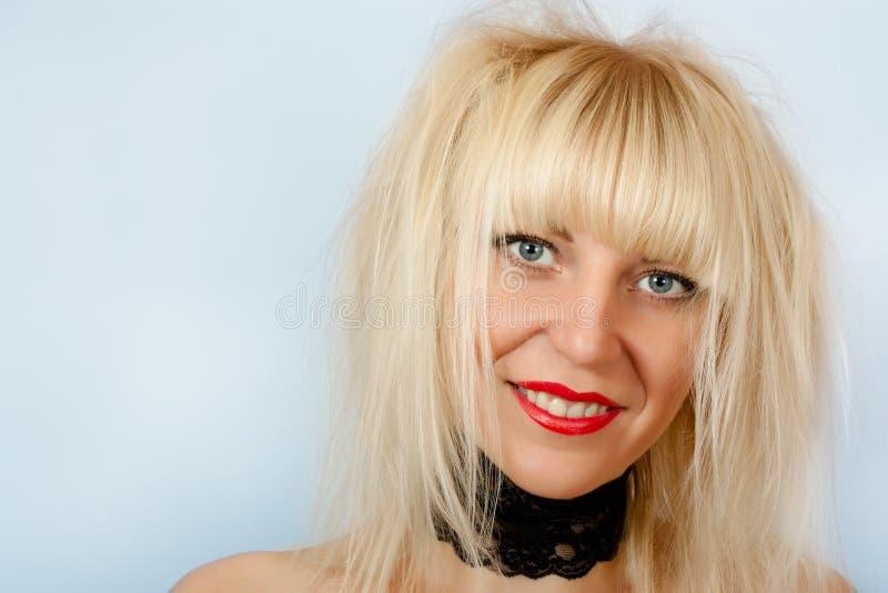 Blonde atractivo con el pelo lanudo imagen de archivo