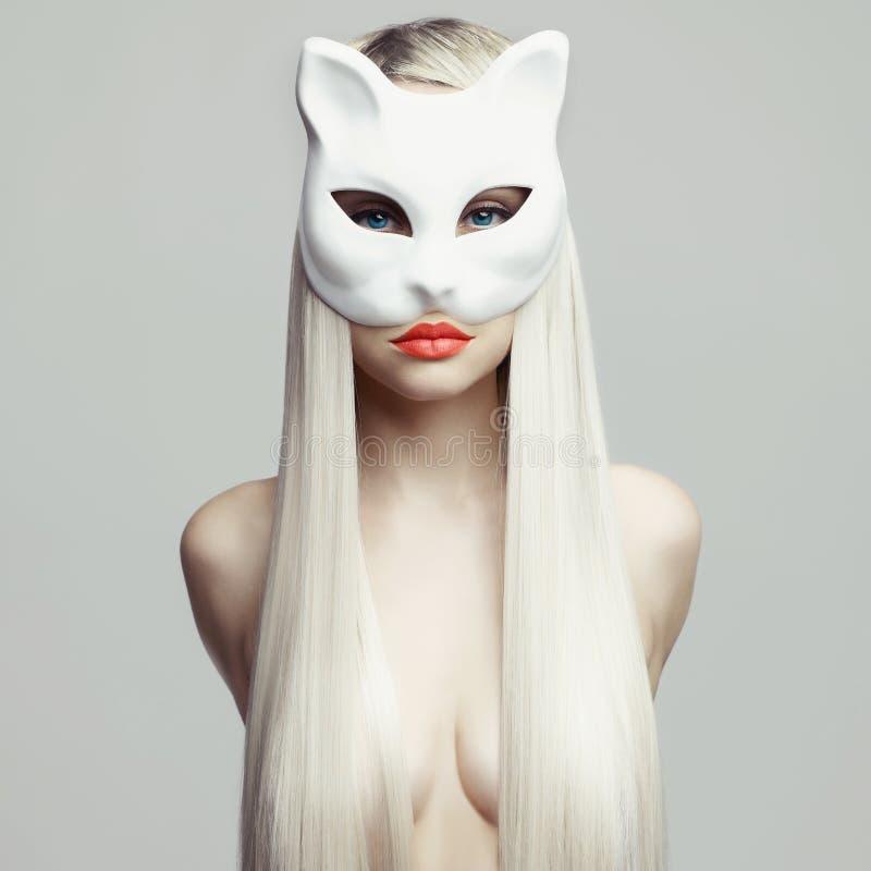 Blonde atractivo en máscara del gato fotografía de archivo