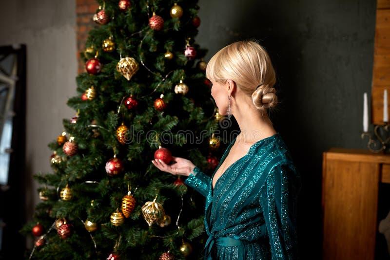 Blonde atractivo hermoso de la mujer en vestido chispeante verde elegante Modelo de moda con las piernas largas que presentan en  imágenes de archivo libres de regalías