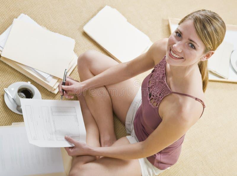 Blonde attirante avec des écritures. photographie stock