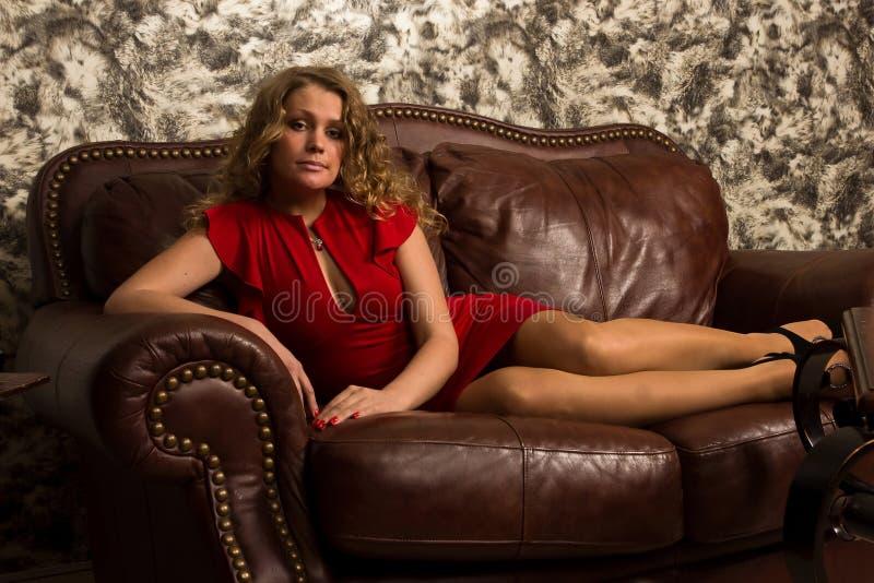 Blonde attirante dans l'intérieur de vintage image libre de droits