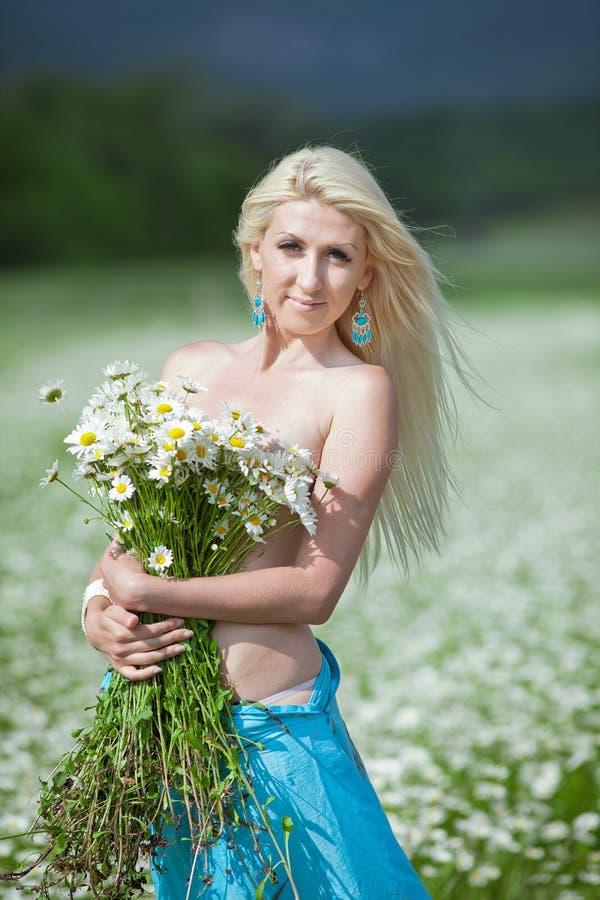Blonde attirante dans le domaine de camomille images libres de droits