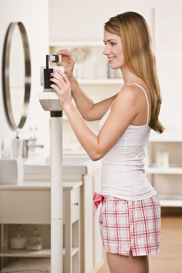 Blonde attirante sur l'échelle. photos stock
