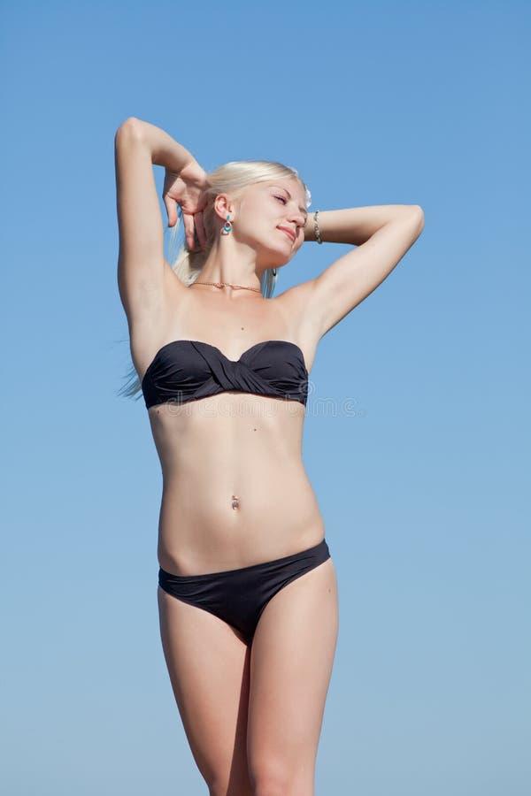 Blonde attirante sur le fond du ciel image stock
