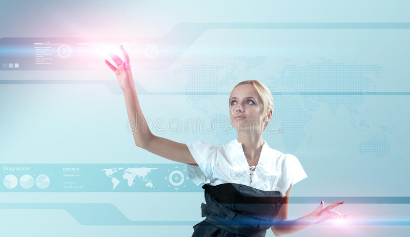 Blonde attirante touchant la surface adjacente virtuelle photographie stock