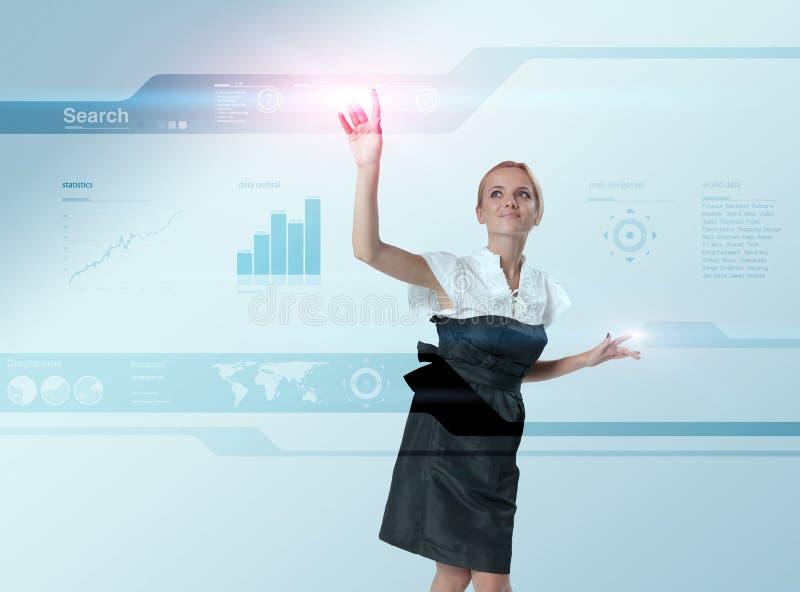 Blonde attirante touchant la surface adjacente virtuelle images stock