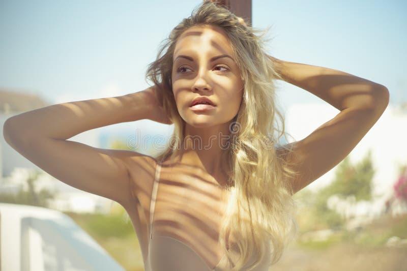 Blonde au soleil photographie stock