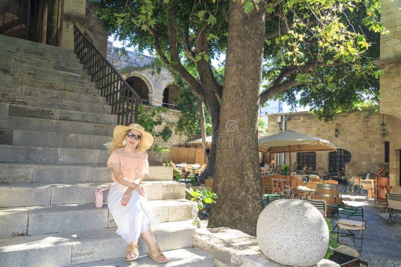 Blonde in Auvergne op apelloustraat in de stad van Rhodos, Dodecanese, royalty-vrije stock afbeeldingen