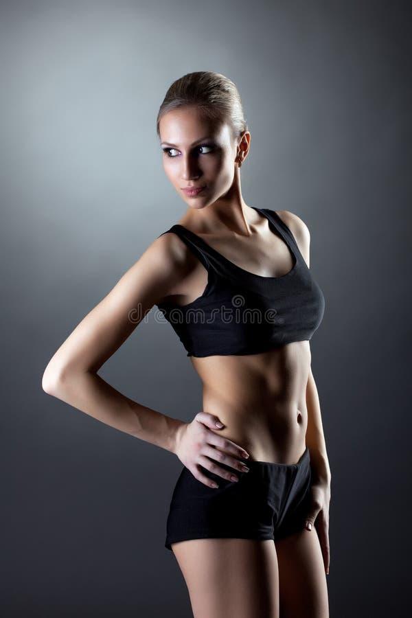Blonde avec du charme avec le chiffre sportif parfait image libre de droits
