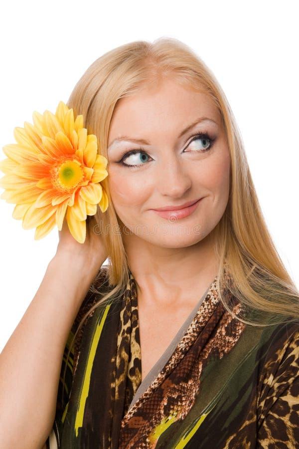 Blonde avec la fleur de yelllow d'isolement photo libre de droits