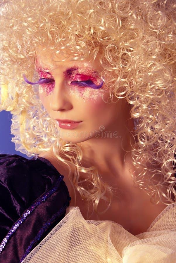 Blonde avec le cheveu bouclé photographie stock