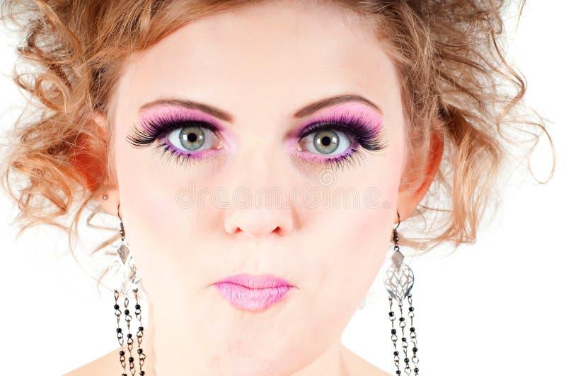 Blonde avec le maquillage de fantaisie grimaçant photographie stock