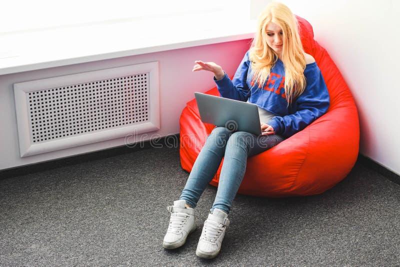 Blonde avec un ordinateur portable outragé photo libre de droits