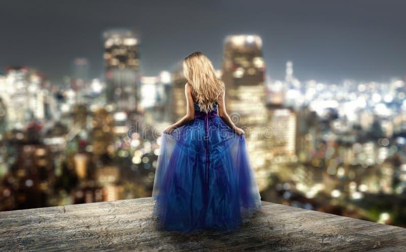 Blonde in avondjurk royalty-vrije stock fotografie