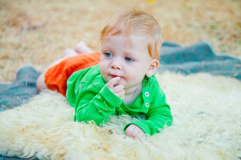 Blonde baby die aan de kant kijken royalty-vrije stock fotografie