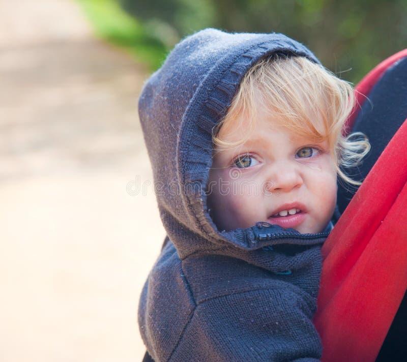 Blonde baby in rugzak royalty-vrije stock foto's
