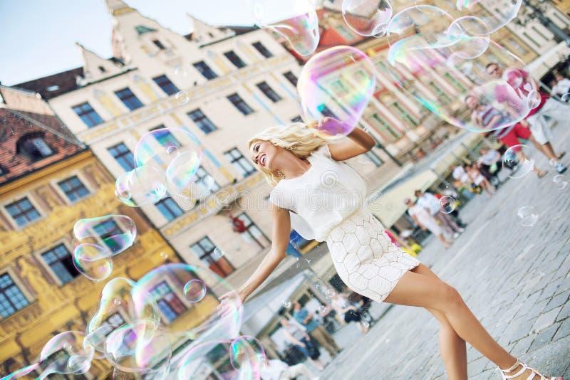 Blonde bien proporcionado que coge las burbujas foto de archivo