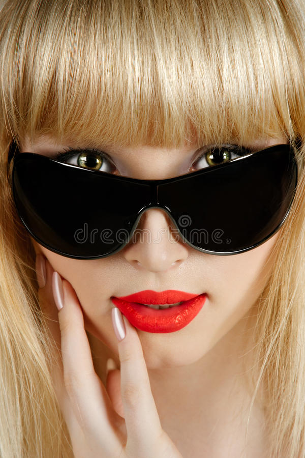 Blonde bonito no retrato do close up dos óculos de sol foto de stock