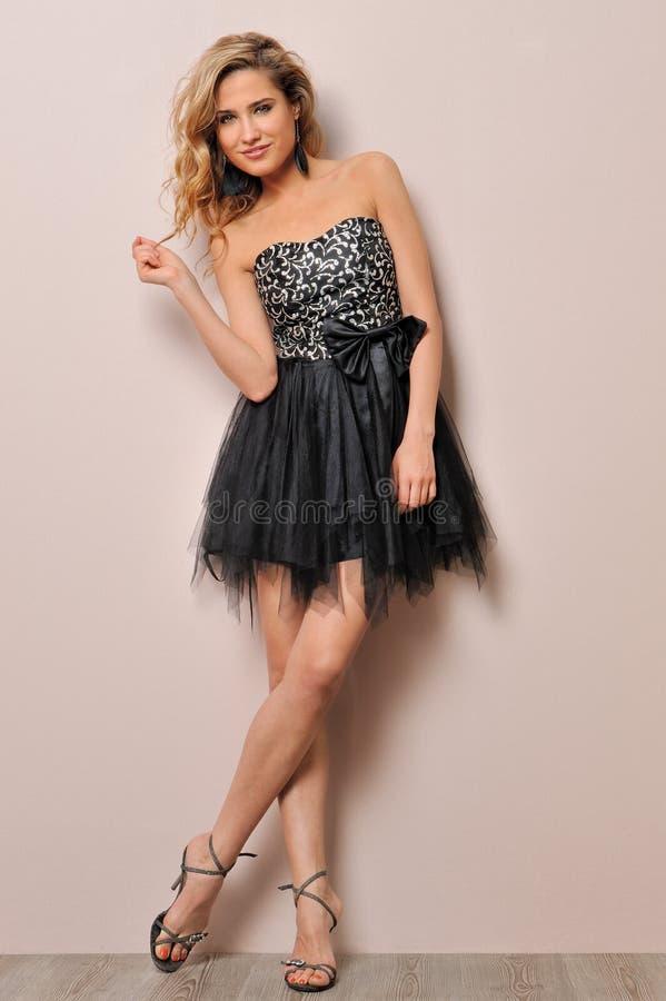 Blonde bonito no vestido extravagante. fotos de stock