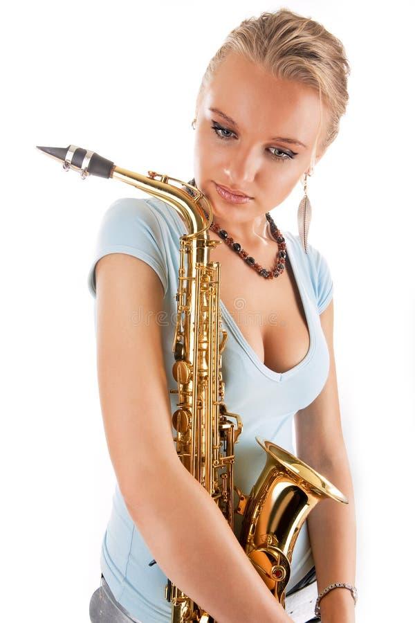 Blonde bonito 'sexy' do oung com saxofone fotos de stock