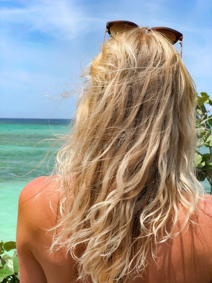 Blonde bronzée regardant la mer Plan rapproch? photographie stock
