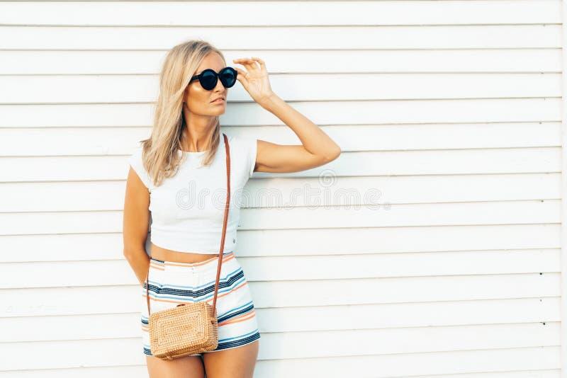 Blonde bronzée sur un fond en bois blanc photo stock