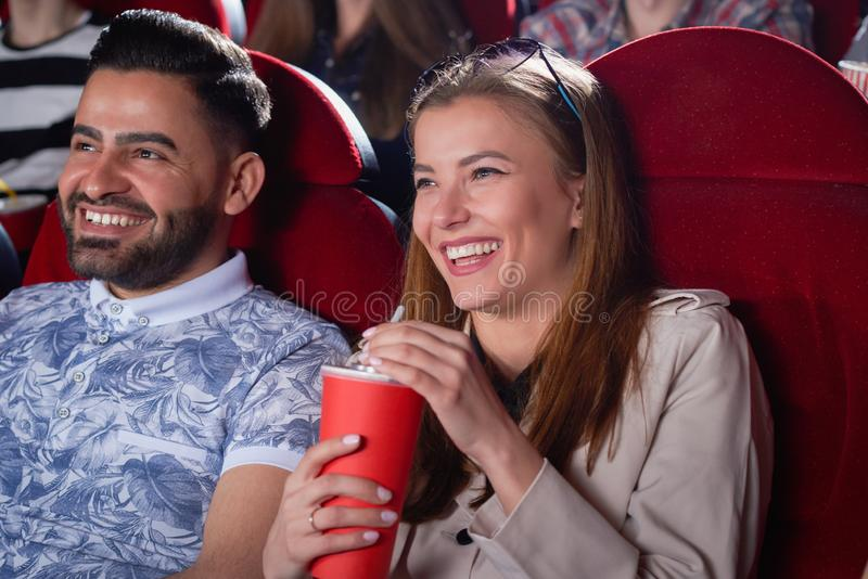 Blonde chez l'homme gris et Arabe dans le bleu dans le cinéma image libre de droits