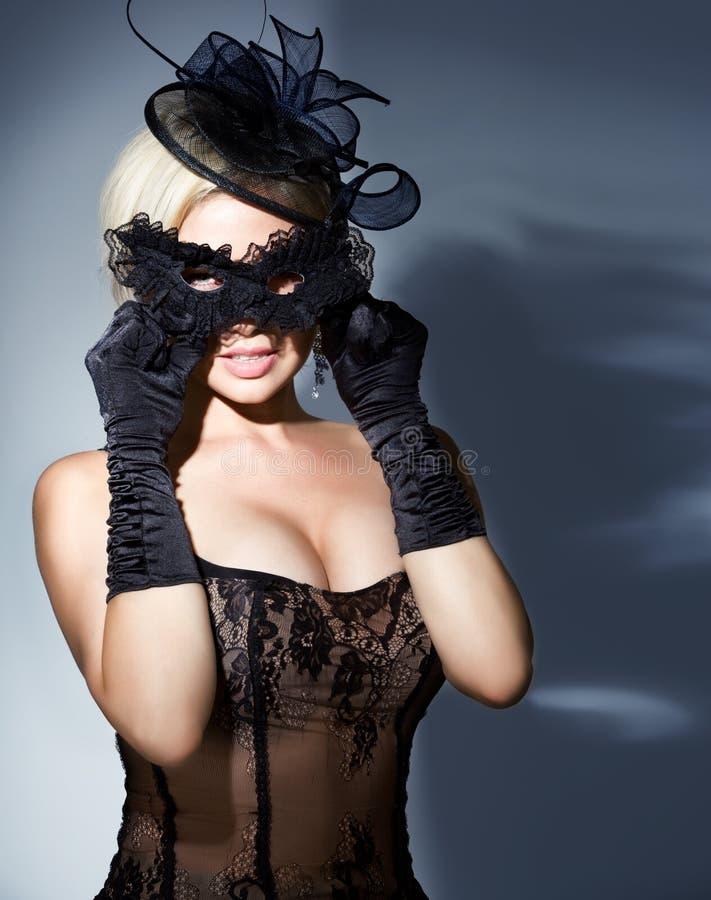Blonde com máscara do carnaval fotografia de stock