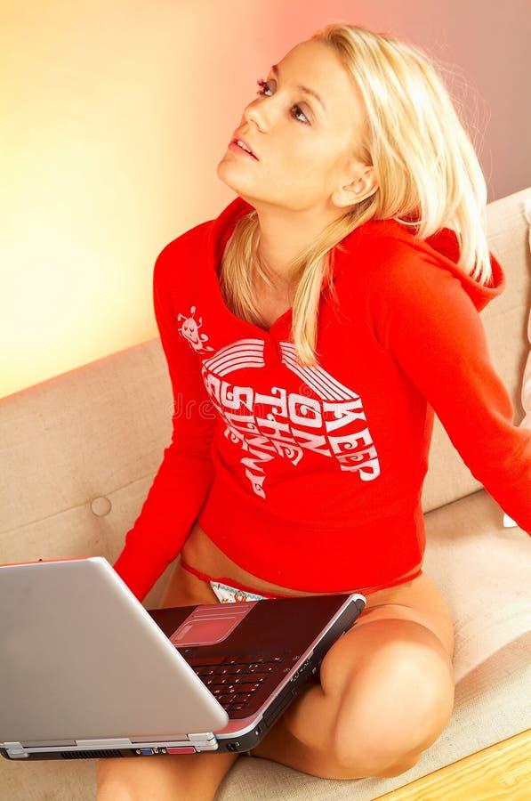 blonde computer laptop woman young στοκ φωτογραφία με δικαίωμα ελεύθερης χρήσης