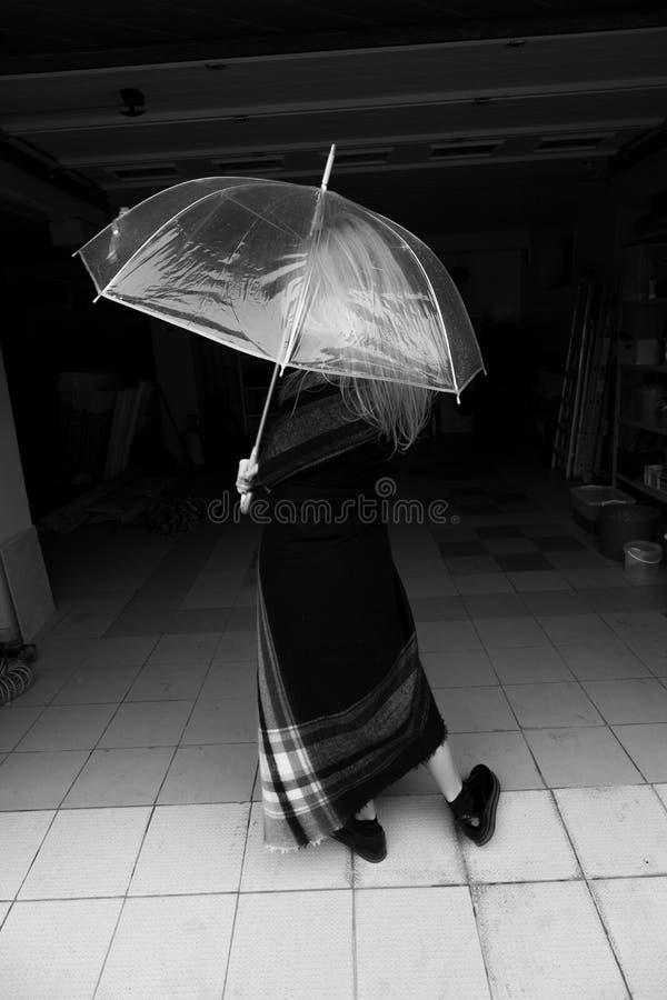 Blonde con el pelo largo bajo imagen transparente del monocromo del paraguas foto de archivo