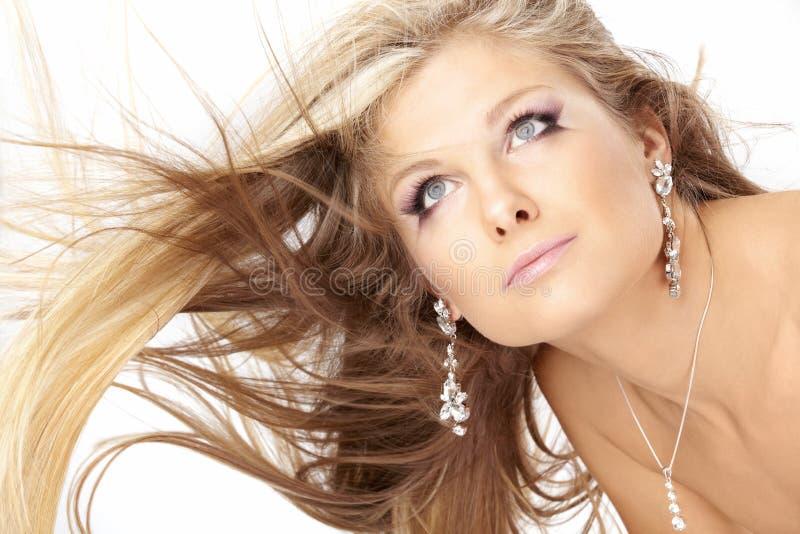 Blonde con i capelli di volo immagine stock