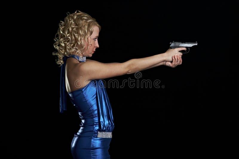 Blonde con l'arma fotografia stock libera da diritti
