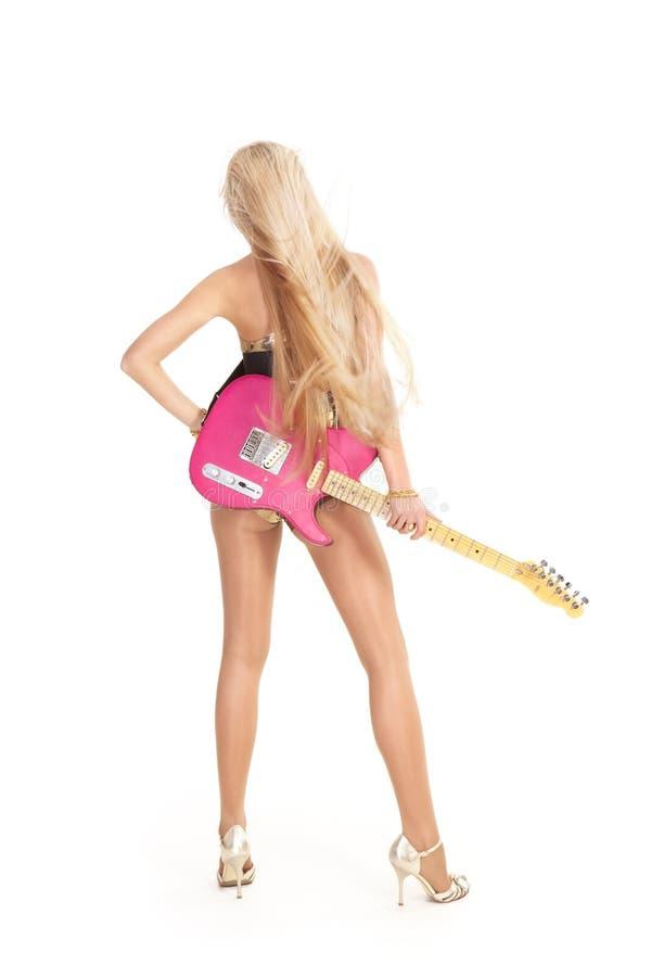 Blonde con la guitarra rosada imagenes de archivo