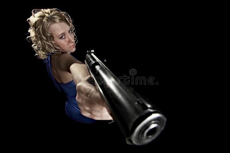 Blonde con la pistola immagine stock