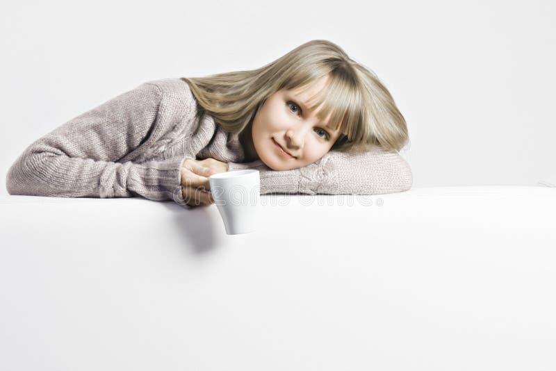 Blonde con la taza blanca imagen de archivo libre de regalías