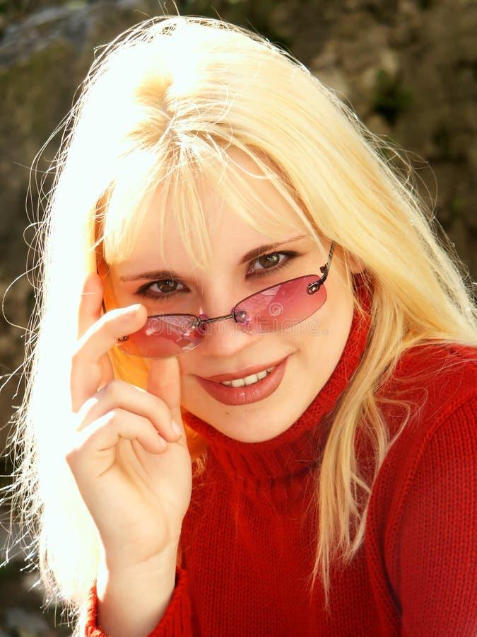 Blonde con los vidrios imagen de archivo