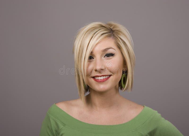 Blonde con sonrisa y el pelo sucio imagen de archivo