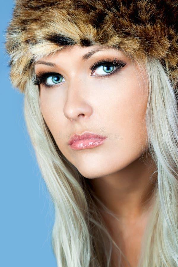 Blonde con un sombrero peludo fotos de archivo