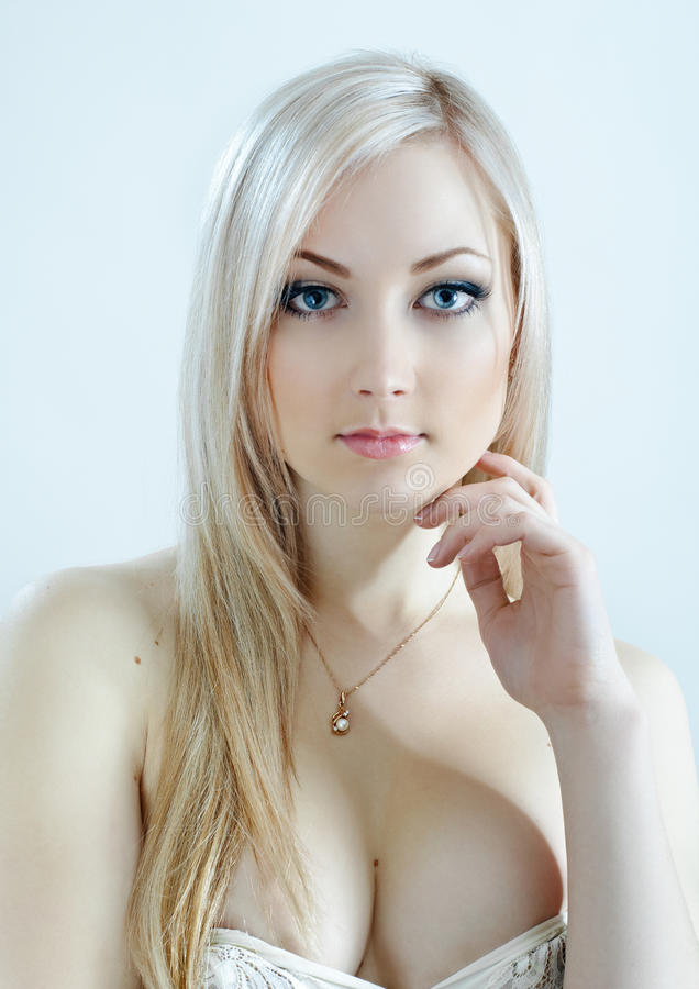 Blonde da beleza em cores frias imagens de stock royalty free