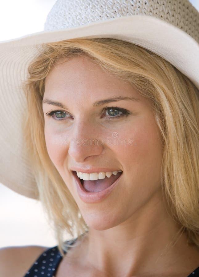 Blonde Dame der Nahaufnahme glücklich lizenzfreie stockfotos