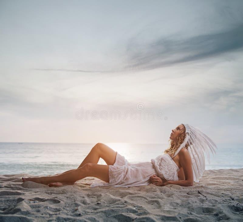 Blonde dame die een witte pluim dragen royalty-vrije stock afbeeldingen