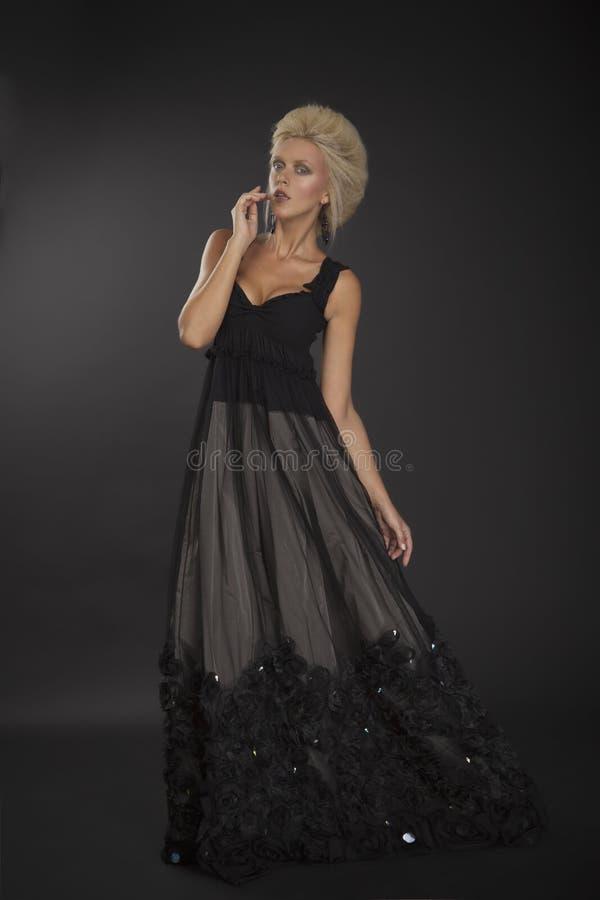 Blonde Dame in schwarzem Kleid 01 stockfotos