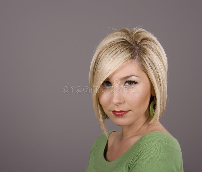 Blonde dans le cheveu vert au-dessus des yeux photographie stock