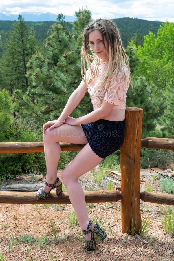 Blonde dans le rose et le bleu photographie stock