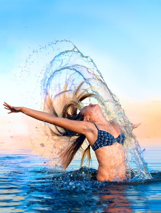 Blonde dans les cheveux de ondulation de l'eau photographie stock libre de droits