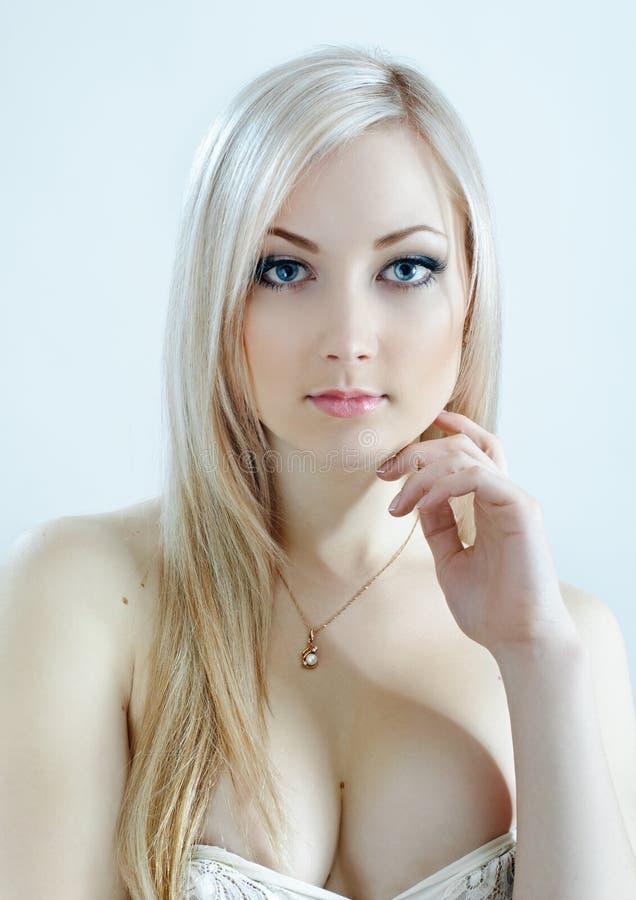 Blonde de beauté dans des couleurs froides images libres de droits