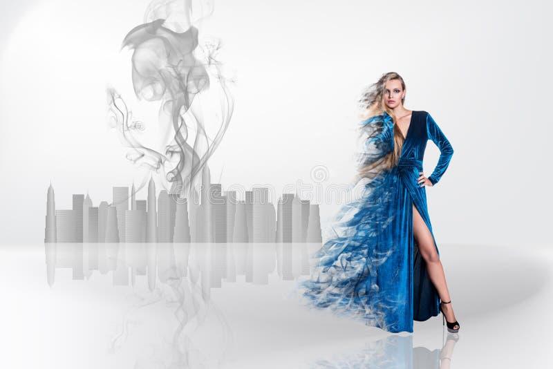 Blonde de beauté sur le brouillard photographie stock libre de droits
