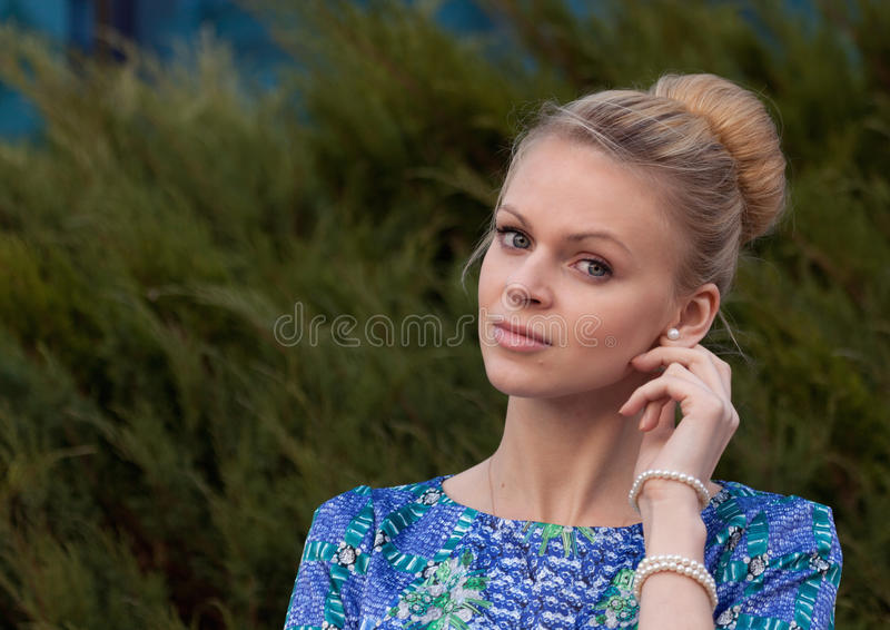 Blonde de jeune fille sur le fond simple image stock